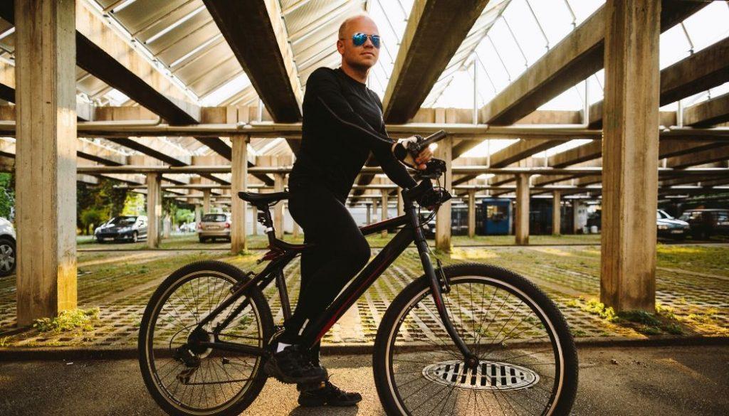 man driving a hybrid bike with price below 500